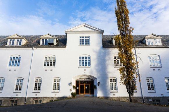 Hovedbygningen på Brøset er bygd i 1861-66. Den er fredet og skal bevares. Fredningen gjelder både eksteriør og delvis interiør. (Foto: Helene Mariussen)